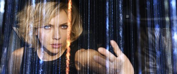 Scarlett Johansson en pleno uso de sus poderes como la portagonista de Lucy.