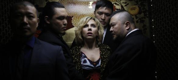 Scarlett Johansson, ¿colocada, abducida o en éxtasis religioso en esta imagen?
